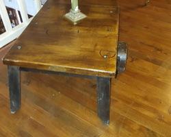 Table basse faite à partir d'un ancien chariot à moteur