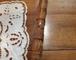 Canne en bois sculptée