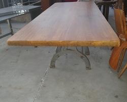 Table avec piètement métallique industriel et plateau de table de monastère