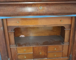 Secrétaire d'époque restauration en noyer avec un joli intérieur