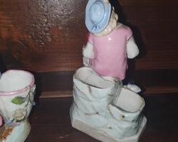 2 pyrogènes en faïence représentant un garçon et une fille