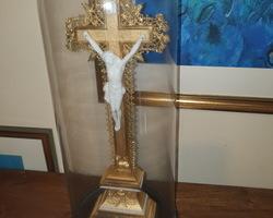 Christ en biscuit posé sur une croix en bois et métal doré  sous globe en verre d'époque Napoléon III