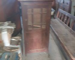 petit meuble en chêne 2 portes dont celle du haut vitrée