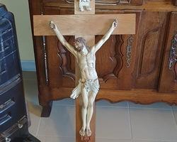 Christ en plâtre sur croix en chêne