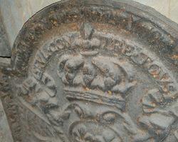 Petite plaque de cheminée en fonte modèle chapeau de gendarme