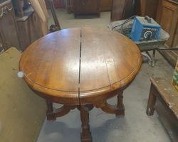 Table pied central en noyer époque Louis Philippe