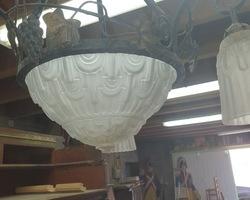 lustre art déco en verre pressé blanc monture en fer