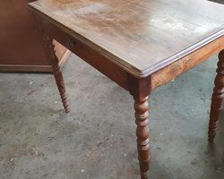 Petite table bureau en noyer vers 1930