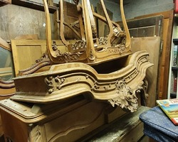 Louis XV bedroom set in walnut dating from the early 1900s
