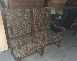Paire de fauteuils Louis XIII avec tapisserie au petits points