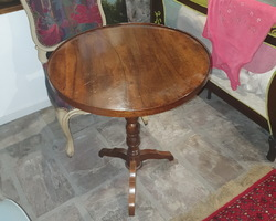 Round tripod pedestal table in walnut mid 1900  good condition
