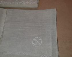 Nappe brodée et ses serviettes monogrammées RG
