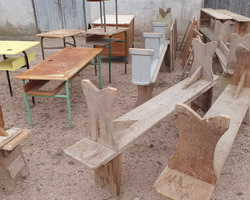 Lot de bancs d'une ancienne école