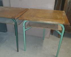 Lot de tables d'école d'une ancienne école