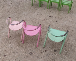 3 chaises en métal et bois anciennes de forme originale