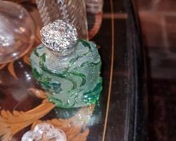 Flacon de parfum en pate de verre verte des années 60